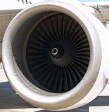 οι λεπίδες κλείνουν τον ανεμιστήρα μηχανών μέσα στο αεριωθούμενο αεροπλάνο επάνω Στοκ Εικόνες