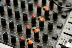 Οι λεπτομέρειες του ελεγκτή του DJ σας, κλείνουν Μακροεντολή στο σκοτάδι, με τα φω'τα nightlife στοκ εικόνες