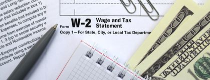 Οι λογαριασμοί μανδρών, σημειωματάριων και δολαρίων είναι ψέματα στη φορολογική μορφή W-2 W στοκ φωτογραφία με δικαίωμα ελεύθερης χρήσης