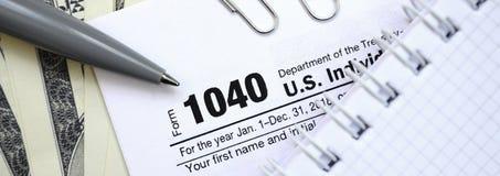 Οι λογαριασμοί μανδρών, σημειωματάριων και δολαρίων είναι ψέματα στη φορολογική μορφή 1040 στοκ εικόνες