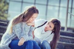 Οι λυπημένες κραυγές εφήβων, η φίλη της συμμερίζονται Στοκ Εικόνες