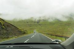 Οι λόφοι γύρω από το kaldbaksfjordur fiord από μια νεραγκούλα καθοδηγούν Στοκ Φωτογραφία