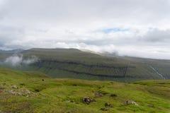 Οι λόφοι γύρω από το kaldbaksfjordur fiord από μια νεραγκούλα καθοδηγούν Στοκ εικόνα με δικαίωμα ελεύθερης χρήσης