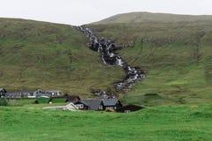 Οι λόφοι γύρω από το kaldbaksfjordur fiord από μια νεραγκούλα καθοδηγούν Στοκ Εικόνα