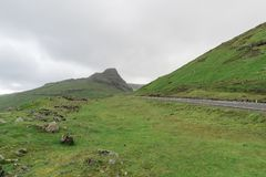 Οι λόφοι γύρω από το kaldbaksfjordur fiord από μια νεραγκούλα καθοδηγούν Στοκ φωτογραφία με δικαίωμα ελεύθερης χρήσης