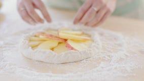 Οι μάγειρες κοριτσιών συσσωματώνουν με τα μήλα Πίτα της λεπτής ζύμης απόθεμα βίντεο