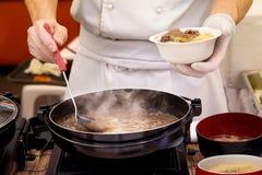 Οι μάγειρες μαγειρεύουν τη σούπα κρέατος Στοκ εικόνα με δικαίωμα ελεύθερης χρήσης