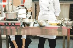 Οι μάγειρες προετοιμάζουν μια θέση εργασίας για το ψήσιμο στοκ εικόνες με δικαίωμα ελεύθερης χρήσης