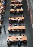 Οι μάζες διαβάζουν τα βιβλία στην εθνική βιβλιοθήκη της Κίνας. Στοκ Εικόνες