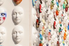 Οι μάσκες καρναβαλιού που κρεμούν στους πίνακες τοίχου βρίσκονται Στοκ φωτογραφίες με δικαίωμα ελεύθερης χρήσης