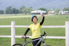 Οι μέσες ηλικίας γυναίκες παίρνουν τη μόνη φωτογραφία στο ποδήλατό της Στοκ φωτογραφία με δικαίωμα ελεύθερης χρήσης