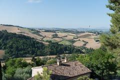Οι μέσοι αγροτικοί τομείς καλοκαιρινών διακοπών της Ιταλίας ρωτούν τους τρυφερούς λόφους στοκ φωτογραφίες