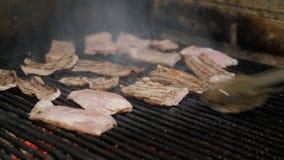 Οι μαγειρεύοντας μπριζόλες αρχιμαγείρων στη σχάρα Φλόγες και κόκκινη αργεντινή σχάρα χοβόλεων Πυρκαγιά και προετοιμασία σχαρών γι απόθεμα βίντεο