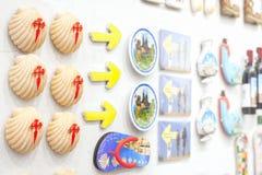 Οι μαγνήτες ψυγείων της παλαιάς πόλης του Σαντιάγο de Compostela στέκονται στον τοίχο ενός δώρων καταστήματος για την πώληση στοκ φωτογραφίες με δικαίωμα ελεύθερης χρήσης