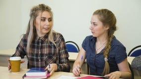 Οι μαθαίνοντας σπουδαστές αρχής μαθήματος εκπαίδευσης κάθονται φιλμ μικρού μήκους