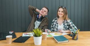 Οι μαθητευόμενοι εξετάζουν το πρόγραμμα Στοκ εικόνες με δικαίωμα ελεύθερης χρήσης