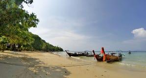 Οι μακριές βάρκες ουρών στον κόλπο Phak Nam Koh Phi Phi φορούν Στοκ Φωτογραφία