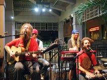 Οι μαρμελάδες αγάπης του Mike ζωνών τραγουδούν και φράσσουν στο φραγμό της Mai Tai Στοκ φωτογραφία με δικαίωμα ελεύθερης χρήσης