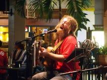 Οι μαρμελάδες αγάπης του Mike τραγουδούν και φράσσουν στο φραγμό της Mai Tai Στοκ Εικόνες