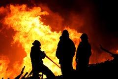 οι μαχητές βάζουν φωτιά στ&iota Στοκ Φωτογραφίες