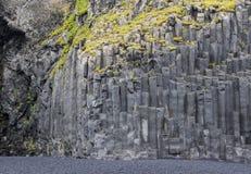 Οι μαύρες στήλες βασαλτών Reynisfjara μοιάζουν με τα τεράστια μολύβια, μια παγκοσμίως διάσημη παραλία μαύρος-άμμου που βρίσκεται  στοκ φωτογραφίες