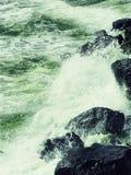 οι μαύροι απότομοι βράχοι &b στοκ φωτογραφία με δικαίωμα ελεύθερης χρήσης