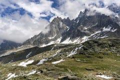 Οι μεγάλες αιχμές του ορεινού όγκου της Mont Blanc μεταξύ των σύννεφων επιφυλακτικότητας στοκ φωτογραφία