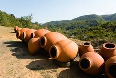 Οι μεγάλες κανάτες αργίλου για το κρασί τίθενται επάνω για την πώληση Στοκ Φωτογραφία