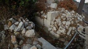 Οι μεγάλες κομμένες πέτρες στην τεκτονική πηγαίνουν υπόγεια αρχαία πόλη των προ-χριστιανικών χρόνων, Ανατολία, βουνά απόθεμα βίντεο
