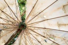 Οι μεγάλες ομπρέλες είναι πολύ παλαιές, βρώμικες, σχισμένος και άχρωμος στοκ εικόνες
