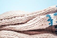 Οι μεγάλες πτυχές στο θερμό πλέκουν το ελαφρύ μαντίλι Στοκ Εικόνες