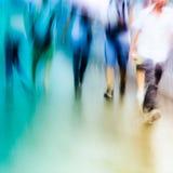 Οι μεγάλοι άνθρωποι πόλεων περπατούν στο δρόμο Στοκ φωτογραφίες με δικαίωμα ελεύθερης χρήσης