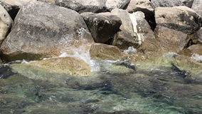Οι μεγάλες πέτρες ακτών κλείνουν την άποψη απόθεμα βίντεο