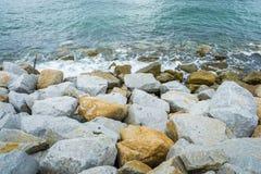 Οι μεγάλοι βράχοι εμποδίζουν το κύμα Στοκ εικόνες με δικαίωμα ελεύθερης χρήσης