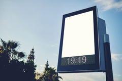 Οι μεγάλοι πίνακες διαφημίσεων με το πρόσωπο είναι έξω από τη μητρόπολη στοκ φωτογραφία