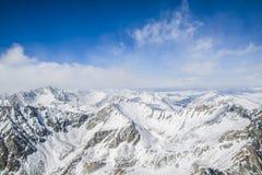 Οι μεγαλοπρεπείς αιχμές βουνών των ανατολικών βουνών Sayan Στοκ Εικόνες