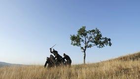 Οι μεσαιωνικοί πολεμιστές Βίκινγκ παλεύουν κατά τη διάρκεια της επίθεσης φιλμ μικρού μήκους