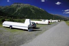 Οι μεταφορείς ανεμοπλάνων στάθμευσαν στο όμορφα τοπίο και τα βουνά στα όρη Ελβετία στοκ εικόνα με δικαίωμα ελεύθερης χρήσης