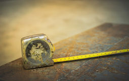 Οι μετρικές κασέτες χρησιμοποιούνται για να μετρήσουν το μέγεθος φύλλων χάλυβα στην κατασκευή Στοκ Φωτογραφία