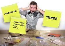 Οι μηνιαίες δαπάνες ταχυδρομούν αυτό σημειώνουν και επιχειρησιακό άτομο που κραυγάζει το απελπισμένο και συντριμμένο χρέος υπολογ στοκ φωτογραφία