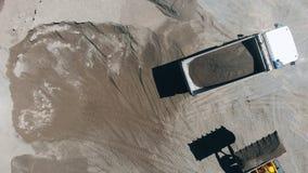 Οι μηχανές επανεντοπίζουν τους ορυκτούς πόρους κατά μια τοπ άποψη φιλμ μικρού μήκους