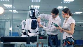 Οι μηχανικοί ελέγχουν την τάση ρομπότ ` s φιλμ μικρού μήκους