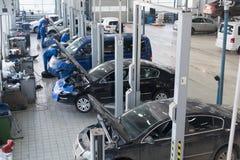Οι μηχανικοί που επισκευάζουν το αυτοκίνητο Στοκ εικόνα με δικαίωμα ελεύθερης χρήσης