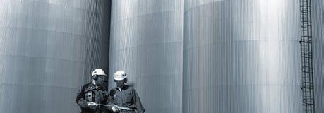 οι μηχανικοί τροφοδοτούν με καύσιμα πανοραμικό Στοκ Εικόνες