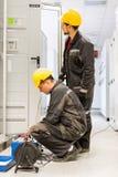 Οι μηχανικοί υπηρεσίας τομέων επιθεωρούν το σύστημα με το σύνολο δοκιμής ηλεκτρονόμων εξοπλίζουν Στοκ εικόνες με δικαίωμα ελεύθερης χρήσης