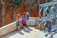 Οι μη αναγνωρισμένοι άνθρωποι επισκέπτονται τη διάσημη γέφυρα ζευκτόντων πέρα από το φαράγγι Aradena στο νησί της Κρήτης, Ελλάδα Στοκ εικόνα με δικαίωμα ελεύθερης χρήσης