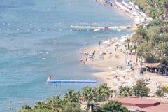 Οι μη αναγνωρισμένοι άνθρωποι κολυμπούν στην παραλία Bodrum, α Δημοφιλής προορισμός στοκ εικόνες