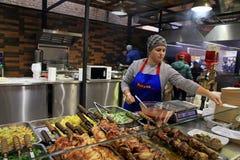 Οι μη αναγνωρισμένοι άνθρωποι μαγειρεύουν και τα εμπορικά παραδοσιακά ουκρανικά πιάτα Στοκ εικόνες με δικαίωμα ελεύθερης χρήσης