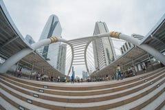 Οι μη αναγνωρισμένοι άνθρωποι περπατούν στο skywalk στην περιοχή Sathorn, Μπανγκόκ, Ταϊλάνδη Στοκ εικόνα με δικαίωμα ελεύθερης χρήσης