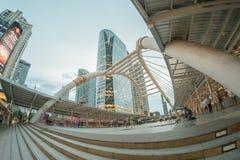 Οι μη αναγνωρισμένοι άνθρωποι περπατούν στο skywalk στην περιοχή Sathorn, Μπανγκόκ, Thaland Ι Στοκ Εικόνες